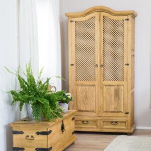 drewniana szafa z ażurem