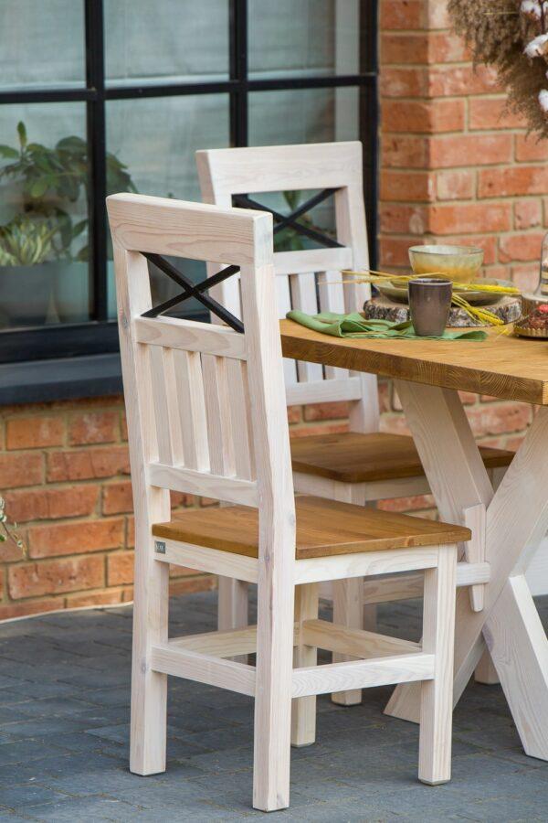 białe krzesła sosnowe