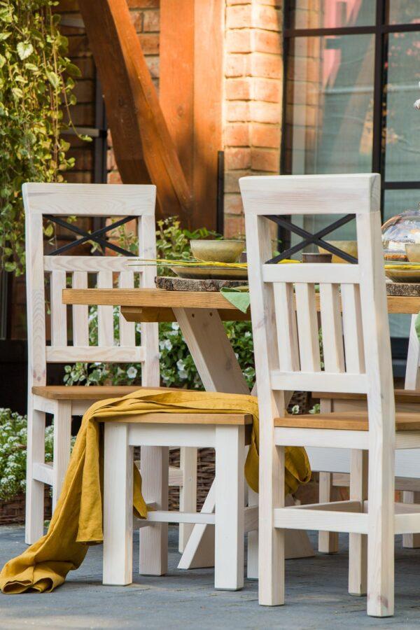 drewniane krzesła z krzyżem