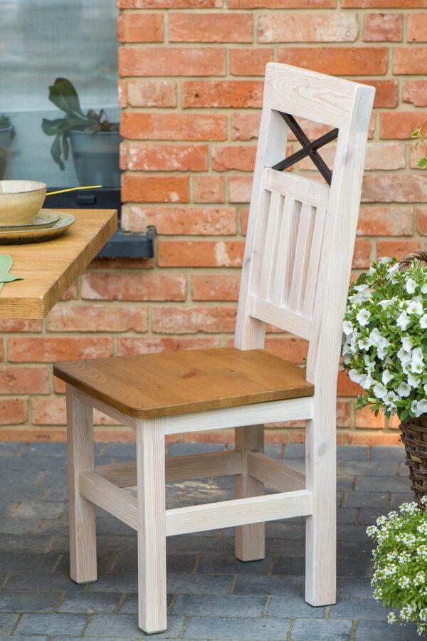 drewniane krzesło z krzyżem