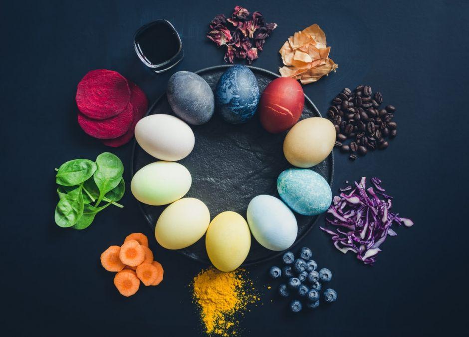 Czym barwić wielkanocne jajka