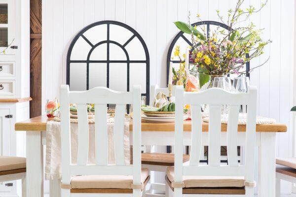 białe krzesła drewniane
