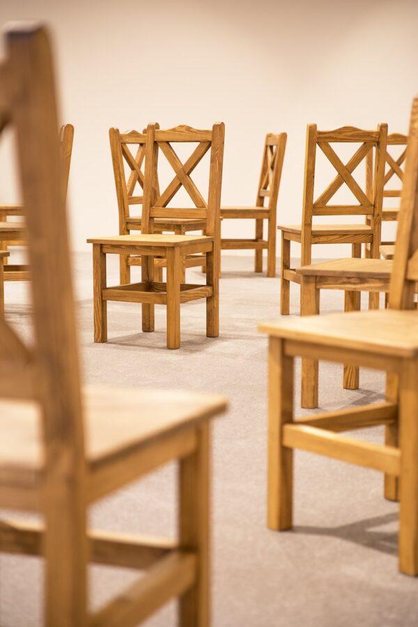 krzesła sosnowe z krzyżykiem