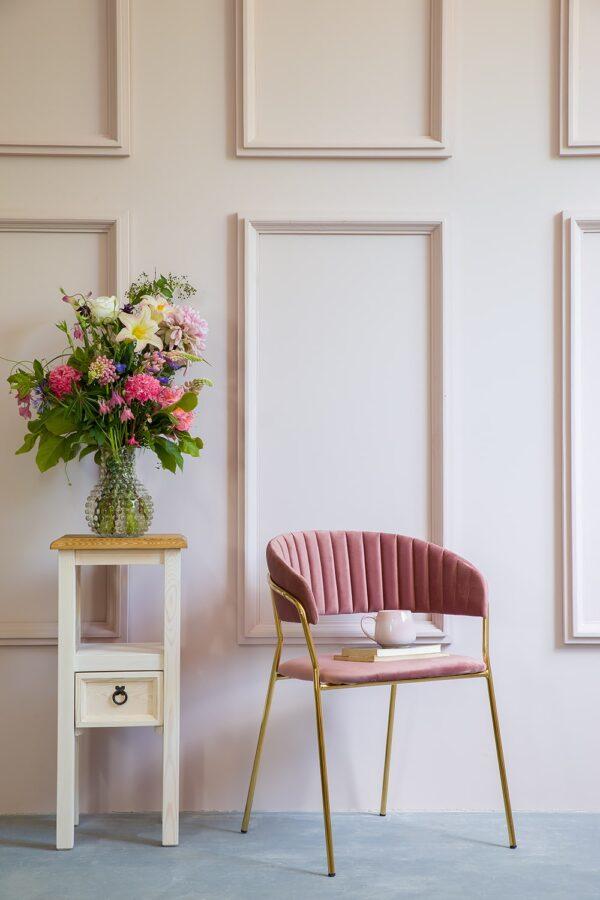 kwietnik biały krzesło różowe