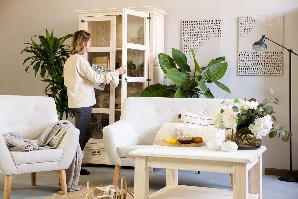 witryna biała drewniana do salonu