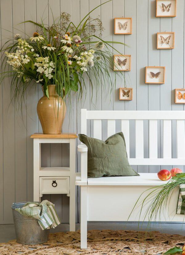 biały stolik kwietnik drewniany