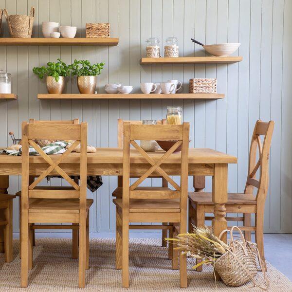 stół z krzesłami z drewna